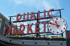 与时钟的公开市场标志 免版税库存图片
