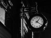 与时钟的哥特式背景 免版税库存图片