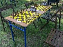 与时钟的棋桌在公园 免版税库存图片