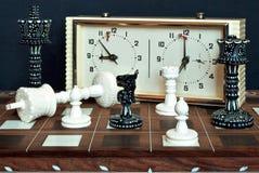 与时钟的棋 图库摄影