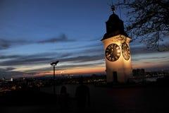 与时钟的老塔在诺维萨德附近的彼得罗瓦拉丁堡垒 库存照片