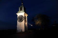 与时钟的老塔在诺维萨德附近的彼得罗瓦拉丁堡垒 免版税库存图片