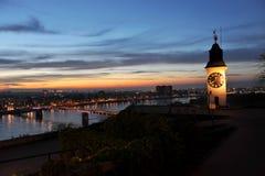 与时钟的老塔在诺维萨德附近的彼得罗瓦拉丁堡垒 图库摄影