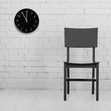 与时钟的老椅子 库存图片