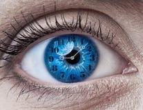 与时钟的蓝色妇女眼睛 库存照片