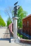 与时钟的雕刻的构成Shkolyar在儿童` s博物馆附近,波洛茨克,白俄罗斯 库存图片
