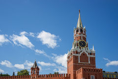 与时钟的Spasskaya塔在克里姆林宫,俄罗斯 免版税库存照片