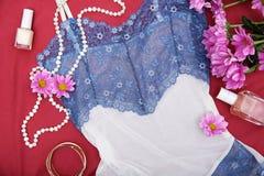 与时髦便服的构成和辅助部件和淡紫色花 免版税库存照片