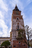 与时髦的大时钟的老塔 城镇厅在克拉科夫,波兰的市中心 前面 免版税库存图片