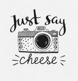与时髦的字法的减速火箭的照片照相机-请乳酪说 向量手拉的例证 库存图片