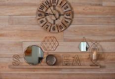 与时髦的室内装璜的壁炉台架子 库存照片