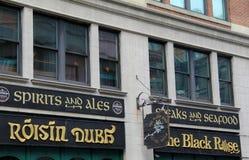 与明亮和五颜六色的标志,举世闻名的餐馆,黑人罗斯,波士顿,大量的正门, 2014年 免版税库存照片