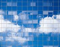 在窗口反映的明亮的云彩 库存照片