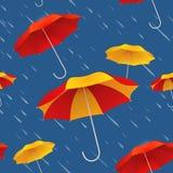 与明亮的五颜六色的伞和雨的无缝的样式 免版税库存照片