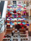 与明亮的五颜六色的伞的咖啡店 免版税库存图片