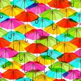 与明亮的五颜六色的伞的无缝的样式 免版税库存照片