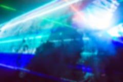 与明亮的五颜六色的光芒和烟的抽象迷离背景 免版税库存图片