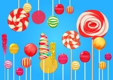 与明亮的五颜六色的棒棒糖糖果甜点的明亮的蓝色糖背景 糖果商店 甜颜色棒棒糖 免版税图库摄影