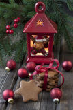 与明亮的五颜六色的球和蜡烛台的圣诞卡 免版税库存照片