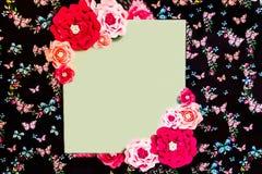 与明亮的五颜六色的花的黑横幅 免版税库存图片