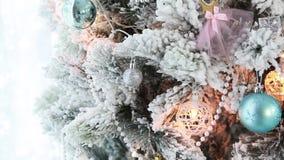与明亮的假日装饰的圣诞树 影视素材
