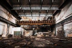 与明亮的光的老被放弃的工业内部 库存照片