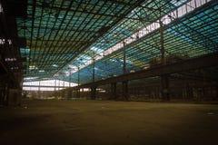 与明亮的光的老被放弃的工业内部 图库摄影