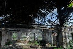 与明亮的光的被放弃的工业内部 库存照片