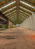 与明亮的光的被放弃的工业内部 免版税库存照片