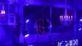 与明亮的光芒的迪斯科球,夜党背景 在有镶边蓝色的夜总会集会与星的迪斯科球和 股票视频