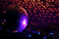 与明亮的光芒的迪斯科球 库存照片