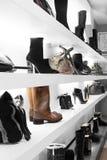 与明亮的内部的豪华鞋店 图库摄影