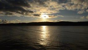 与明亮的反射的庄严金黄日落海湾表面上在北挪威 影视素材