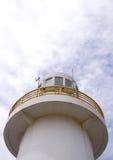 与明亮的天空的灯塔。 库存图片
