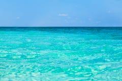 与明亮的太阳光反射的热带海水 免版税库存照片