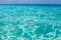 与明亮的太阳光反射的热带海水 库存照片