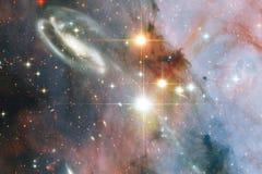 与明亮的星和星系的宇宙场面在显示探险空间的秀丽外层空间 这个图象的元素 皇族释放例证