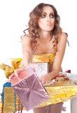 与明亮的构成和礼物盒的美好的womanl 免版税图库摄影