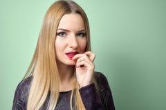 与明亮的构成的时装模特儿 年轻时尚妇女画象有长的金发的 库存图片