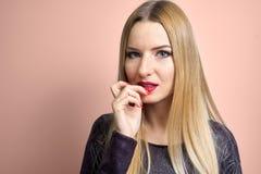 与明亮的构成的时装模特儿 年轻时尚妇女画象有长的金发的 库存照片