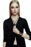 与明亮的构成的时髦的白肤金发的少妇模型与完善的干净的皮肤 库存图片