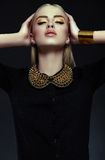 与明亮的构成的时髦的白肤金发的少妇模型与完善的干净的皮肤 库存照片