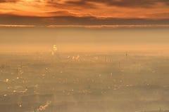 与明亮的橙色云彩的发光的冬天日出在布达佩斯 图库摄影