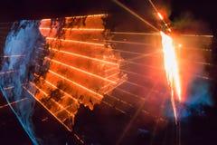 与明亮的橙色光芒和烟的抽象背景 库存图片