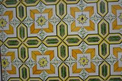 与明亮的橙色和绿色装饰品的Azulejos 免版税库存图片