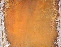 与明亮的橙色油漆的生锈的金属 免版税库存照片