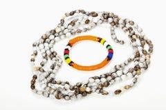 与明亮的橙色臂章的串珠的祖鲁族人项链 免版税库存照片