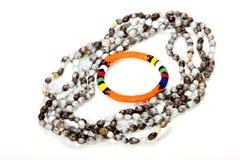 与明亮的橙色臂章的祖鲁族人串珠的项链 免版税库存图片