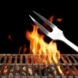 与明亮的火焰特写镜头的空的烤肉格栅 免版税库存照片