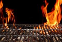 与明亮的火焰特写镜头的空的烤肉格栅 免版税库存图片